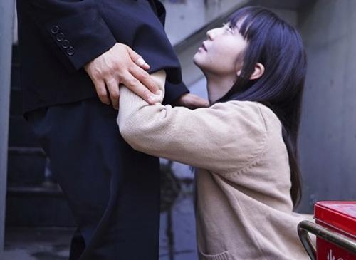 『もう一回出してくれませんか?』チンポが大好きな女子高生が見知らぬおじさんに顔射された後も止めずに連続2回おねだりフェラ!