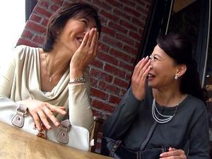 【熟女ナンパ】『おばさんナンパしてどうしたいの//?』カフェにいた五十路主婦2人組に股を開かせた一部始終