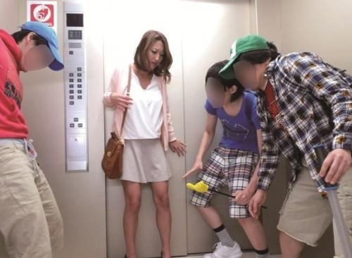 【集団レイプ】『ちょっと何…?ヤメなさい!』エロガキ小学生とエレベーターに閉じ込められた巨乳ママの末路…