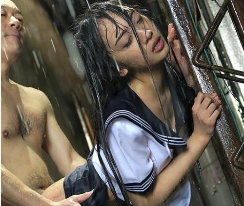 助けを呼んでも雨音で聞こえない…雨で下着が透けてるJKにムラムラして襲撃レイプ!