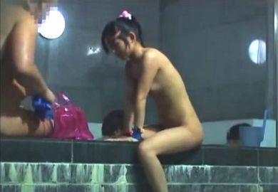 幼女「お風呂に入ってたら知らないおじさんが身体をペタペタと触ってきておちんちんをおっきくしてました…」