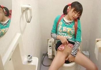 「んっ…♡んっ…♡」下校中に公衆トイレでおまんこを激しくグチュグチュ弄ってオナニー楽しむ小学生女児を盗撮!