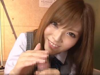 夢みたい!女子校生が制服姿で手コキしてくれるなんて