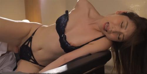 佐々木 憧れだった美人上司とホテルが相部屋に。感情は抑えることができませんでした。