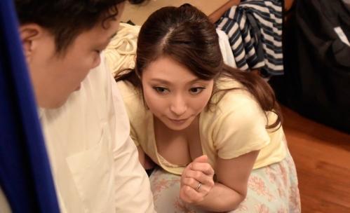 【白木優子】夫の目を盗み、薄暗いクローゼットの中で少年とSEXに燃える美熟女w