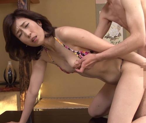 【新見冴子】マイクロビキニ着た貧乳熟女母がオナニー!近親相姦で貧乳弄られ中出しされるwww