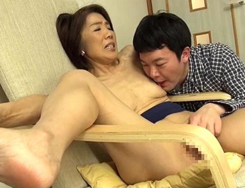 【豊岡みち子】還暦おばあちゃんに発情w熟女垂れ乳舐め回し、おじいちゃんの横で近親相姦!