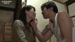 熟れ熟れボディーの熟女は夫の目を盗み、男を誘いチンポをくさいマンコに入れさせる!