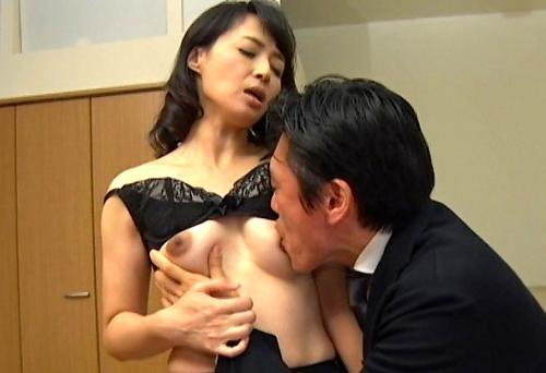 【安野由美】喉奥イラマチオで悶絶NTR義母!クンニで吸われて『もっと~』息子に教師に犯されたスレンダー五十路熟女!