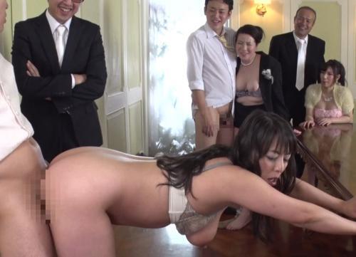 式場でお祝いのSEXし乱交するぶっ飛び家族!巨乳妻に立ちバック、中出ししちゃうw村上涼子