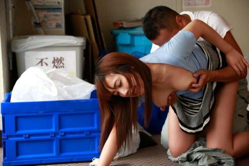 ゴミ捨てにノーブラで現れた美人妻さん、覗くたわわなオッパイをぶら下げるwww