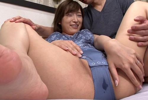 【松井優子】『やだ、恥ずかしい♡』染みパン熟女と勃起乳首w巨乳義母と風呂で洗いっこ、中出しSEX!