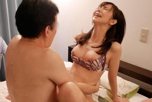寝取られ願望のスレンダー巨乳人妻が車内フェラで口内発射→電マで激イキのホテル3P!