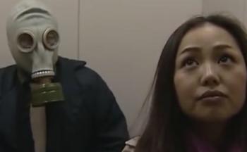 ヘンリー塚本動画 エレベーター内で催眠ガスを噴射、ガスマスク着用の男が家に連れ込みレイプ