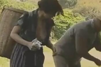 ヘンリー塚本動画 農家の嫁はノーブラ、それを見て昼飯前に野外セックスする畜生