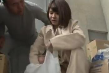ヘンリー塚本動画 団地妻が全裸でコート、買い物帰りのオジサンが勃起してそのまま手コキ