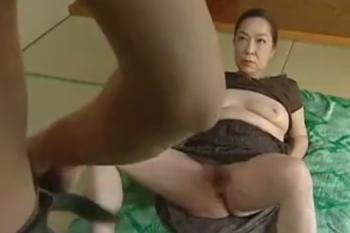 ヘンリー塚本動画 挑発的な母親、やきもち焼きな娘の家庭相姦