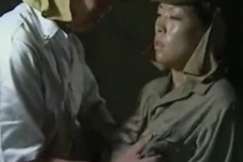 ヘンリー塚本動画 命令に背けば即処刑の中、いいなりになる女性兵
