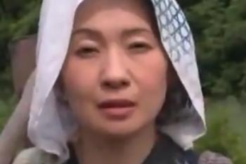 ヘンリー塚本動画 大沢萌 農家のおばさんとトウモロコシ畑でおっぱいセックス