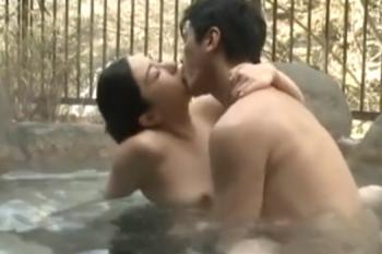 ヘンリー塚本動画 ココでしちゃおう!と気持ちが高騰した不倫カップルが温泉内でセックス