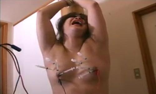 【性奴隷】胸に大量の注射器をブッ刺してそこに電流を流すというヤバイ拷問プレイ!【SM調教】