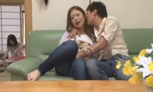 【人妻】義姉の人妻に欲情してリビングでジーンズの中に手を突っ込んだ・・・【寝取られ】