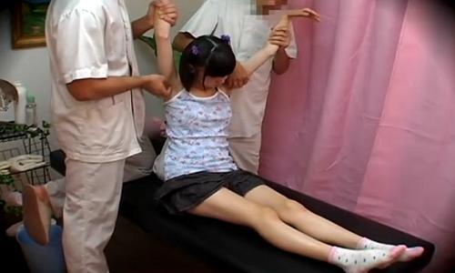 【女子小学生】少女がマッサージ師たちにくすぐられてるところを盗撮!【悪徳マッサージ】