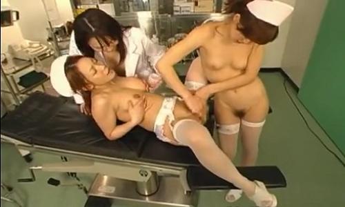 【ナース】女医と二人のナースが診察台の上で舌を絡ませあう濃厚レズプレイ!【乱交レズ】