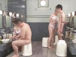 お風呂場でスレンダーな体を駆使して密着洗体サービスをしてくれる風俗嬢