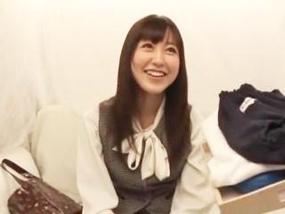 篠田ゆう 町中で声を掛けられてお金に釣られてブルマ姿で犯されちゃう可愛いOLのお姉さあん