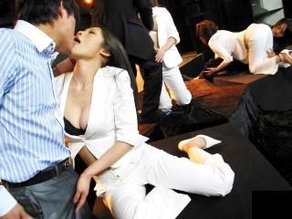 スーツを脱ぎ捨てて6P乱交セックスで乱れまくる豊満ボディの美熟女