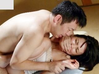 柳朋子 旦那の寝ている前で義兄に迫られて抵抗しきれず犯される美女人妻
