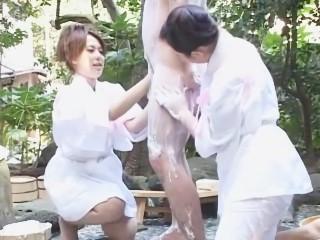 温泉旅館の露店浴場で泡々洗体プレイで抜いてくれるお姉さん