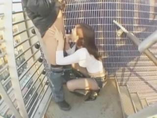 鮎川なお ホットパンツ姿で羞恥散歩後に屋外でフェラチオをしちゃう痴女美少女