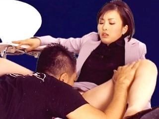 柳井瞳 スタジオで手マンで責められて卑猥に喘ぐ美人女子アナ