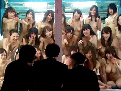 【マジックミラー】日本で一番エロい車の中に素っ裸の女達!そこに入り込んだ素人男性が揉みくちゃになりながらの大乱交!