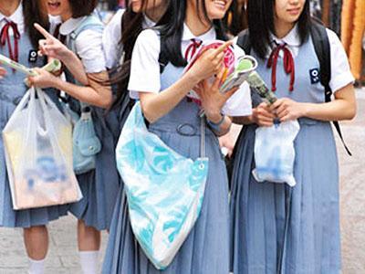 【修学旅行】初めて東京に来て舞い上がってた純朴jkたちをまとめてナンパ!初デンマやチンコのご奉仕で赤面しちゃうw