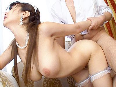 【ブライダルSEX】幸せすぎて発情しまくってる新郎新婦はお色直し中なのに着替えもしないで激しめセックスw