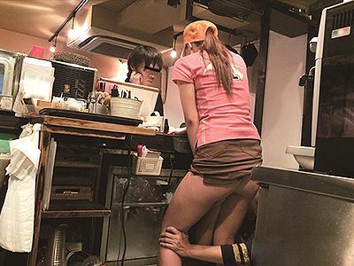 【接客中痴漢】バーガーショップ店員が客の対応中にノーパン姿で下半身を弄り倒され、その後強姦に発展!