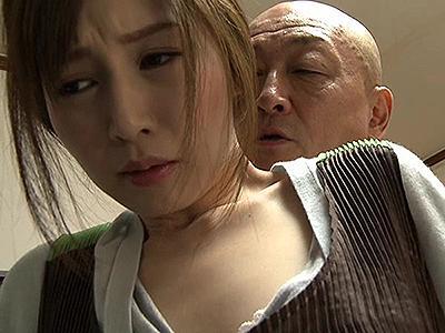 【ヘンリー塚本】 息子が不在なのを良いことに美人な嫁の元を訪れ、強引に自分のものにしてしまう父親!