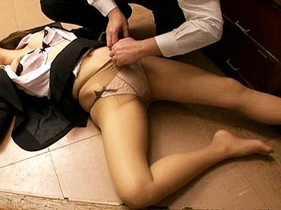 【泥酔レイプ】意識していなかった部下が深酒して眠り込んで無防備に!さすがに意識してしまい…気付けば襲っていた!
