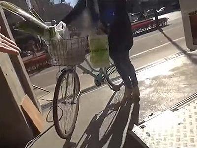 【アクメ自転車】ママチャリに乗ってた奥さんをナンパしてサドルを卑猥なモノにチェンジ!あまりの快感に潮のお漏らし&NTR!