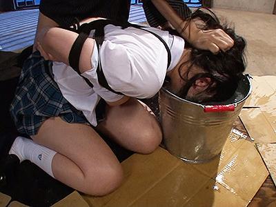 【jk凌辱】親の借金のカタに売られた女子高生…!縛り上げられ男たちに水責め、強制フェラで無理矢理奉仕させられる!