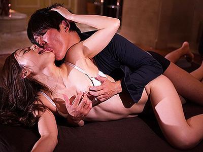 【濃厚SEX】SSS級の元グラビアアイドルが汗を滲ませるほど激しく快楽を求め、互いの身体を貪り合う!