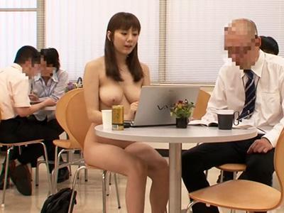 【ヌーディスト】真っ裸のエロい身体の女が会社に乱入して来てハゲたオヤジとセックスに発展w