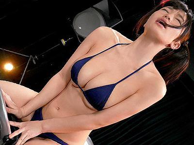 【クリムゾン】人気同人×人気グラドルがコラボ!生放送中にエロマッサージで強制的にイカされてしまう美少女!