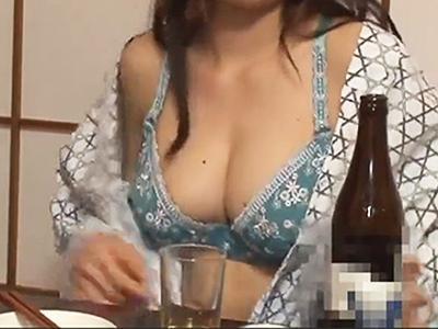 【胸チラ上司】出張で訪れた旅館で呑みすぎた女上司…!気付けば浴衣がはだけてオッパイ全開な彼女がチンコ咥え始めちゃった!