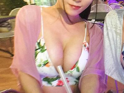 【プールナンパ】ナイトプールではしゃいでるビキニ女子をGET!ホテルに連れ込みむっつりマンコをデンマ責めしてセックス!