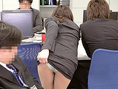 【オフィス痴漢】同僚女性のピチピチなスカート越しのケツに欲情した男が思わず手を伸ばして…