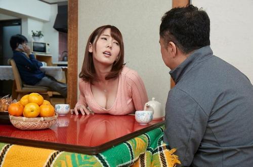【イタズラ】美人妻にコタツの中でセクハラ!夫に隠れて寝取られNTR!